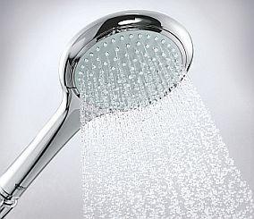 Kaskada wody ze słuchawki prysznicowej
