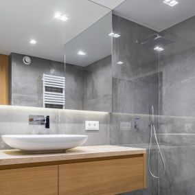 Sufit podwieszany w łazienkach – za i przeciw