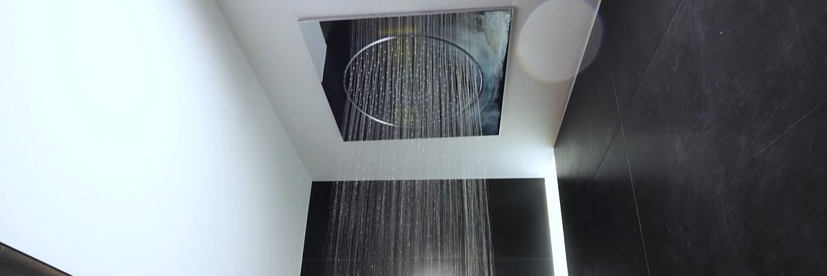 łazienka z wanna i prysznicem