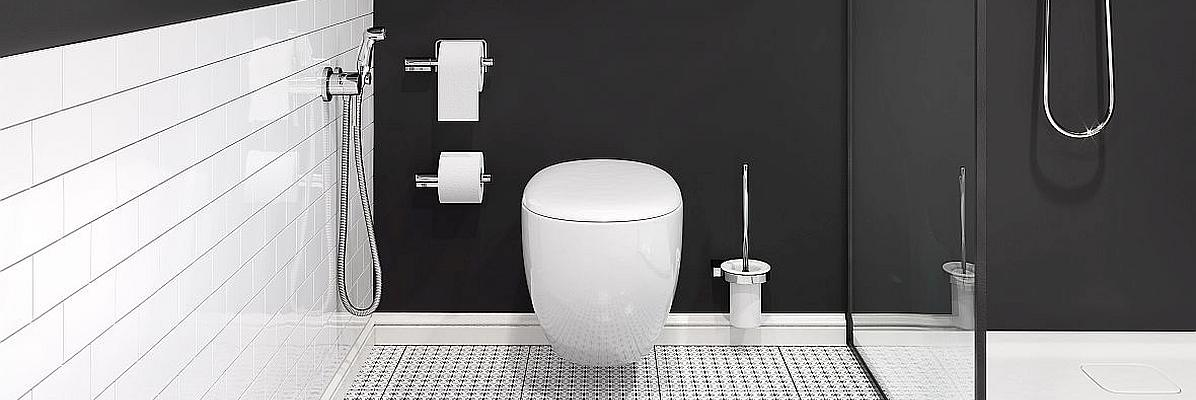 Czarna łazienka z wiszącą miską WC