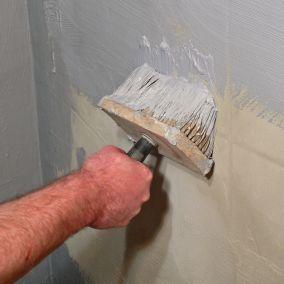 Szybka metamorfoza łazienki: jak pomalować płytki?