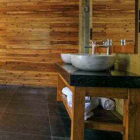 Drewniane dekoracje w łazience - jak je zastosować?