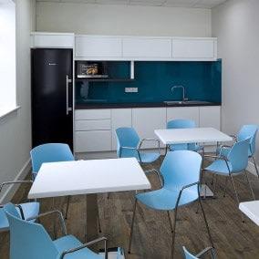 Kuchnia i łazienka w biurze. Jak je dobrze zaaranżować?