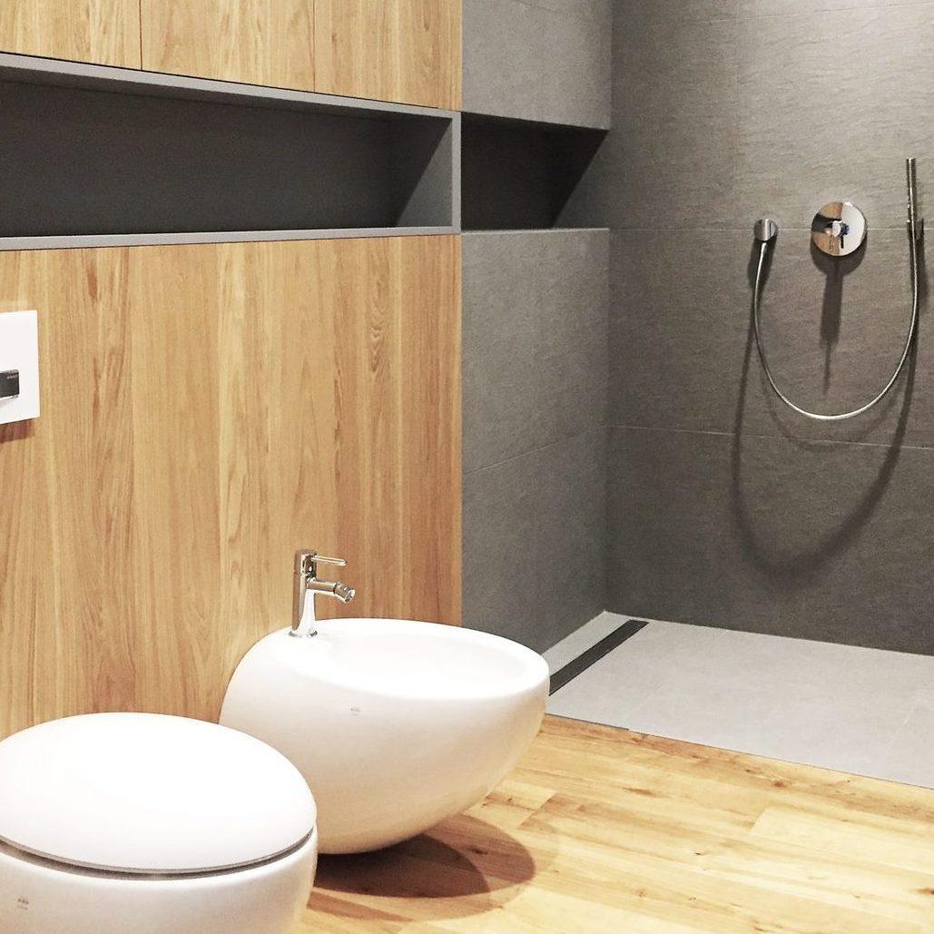 łazienka z drewnianym motywem