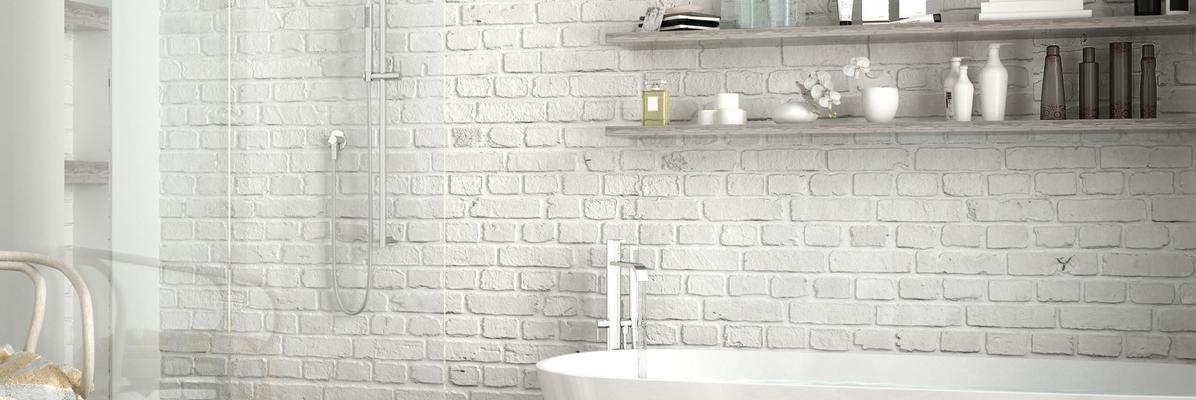 łazienka z cegłą na ścianach