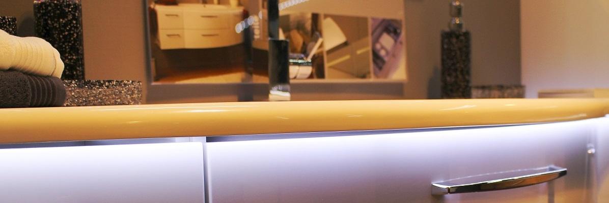 szafka łazienkowa oświetlona ledami