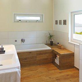 Biała łazienka z drewnianą podłogą – jak ją zaaranżować?