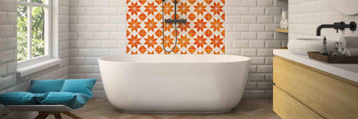 łazienka ze ścianą z płytkami typu patchwork