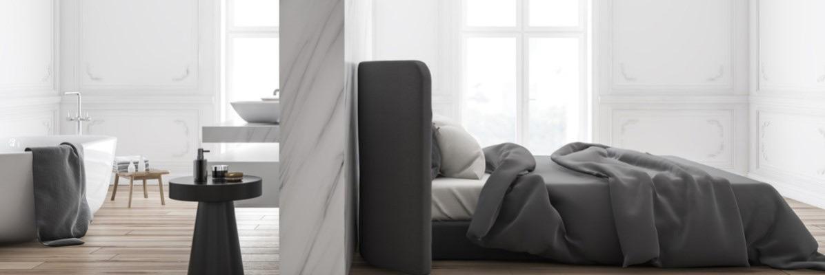 szara sypialna oddzielona marmurową ścianą od łazienki