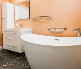 łazienka z pomalowanymi ścianami
