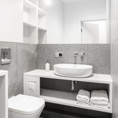 Mała łazienka w szarości i bieli