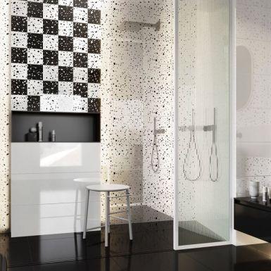 Ekstrawagancka szachownica na ścianie w łazience