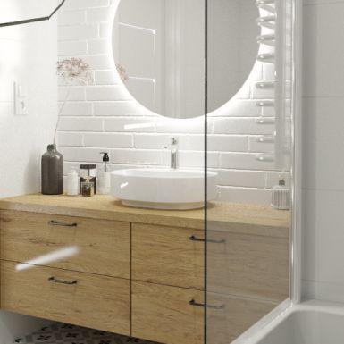 Jasna łazienka z drewnianym akcentem