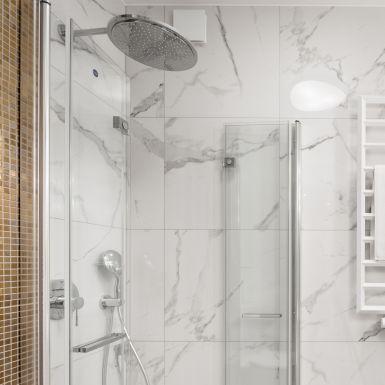 Jasna łazienka z marmurem