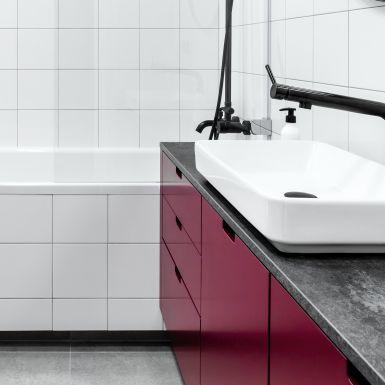Minimalistyczna łazienka z nutą szaleństwa