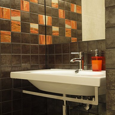 Ożyw łazienkę za pomocą pomarańczowych akcentów