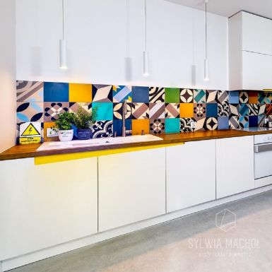 Prosta kuchnia z nutą koloru i elementami vintage