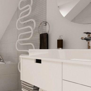 Jasna łazienka z wanną na poddaszu