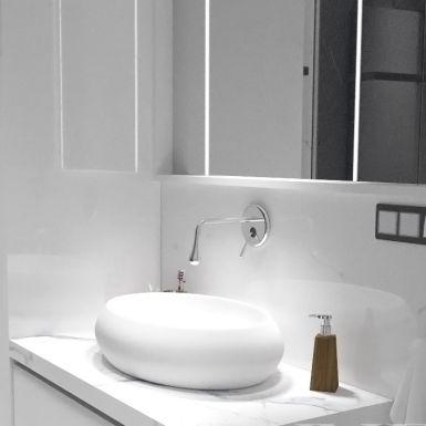 Łazienka z marmurowymi płytkami