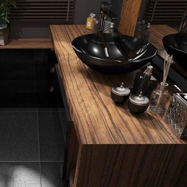 Mała łazienka w drewnie z czarnymi dodatkami