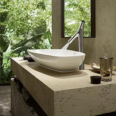 Naturalna łazienka z nowoczesną baterią umywalkową