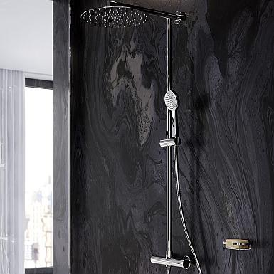Minimalistyczna łazienka z czarną ścianą