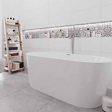 Biała łazienka z wanną wolnostojącą