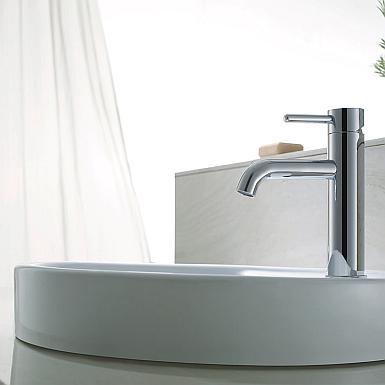 Biała umywalka z chromowaną baterią