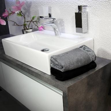 Nowoczesna łazienka z szarym i czarnym ręcznikiem