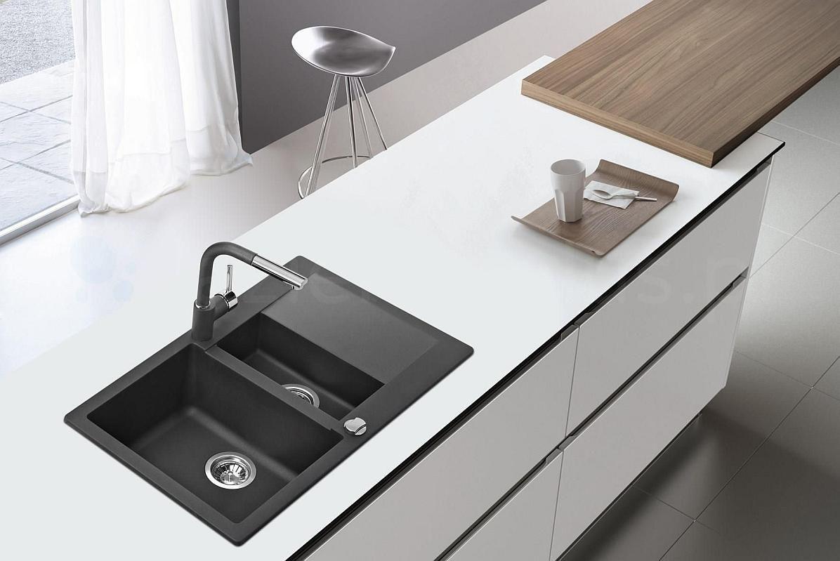 Czarny zlew granitowy w minimalistycznej kuchni