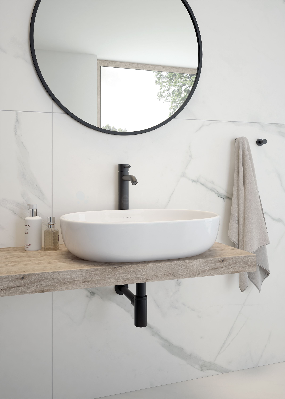 Marmurowa łazienka z czarną armaturą Oltens