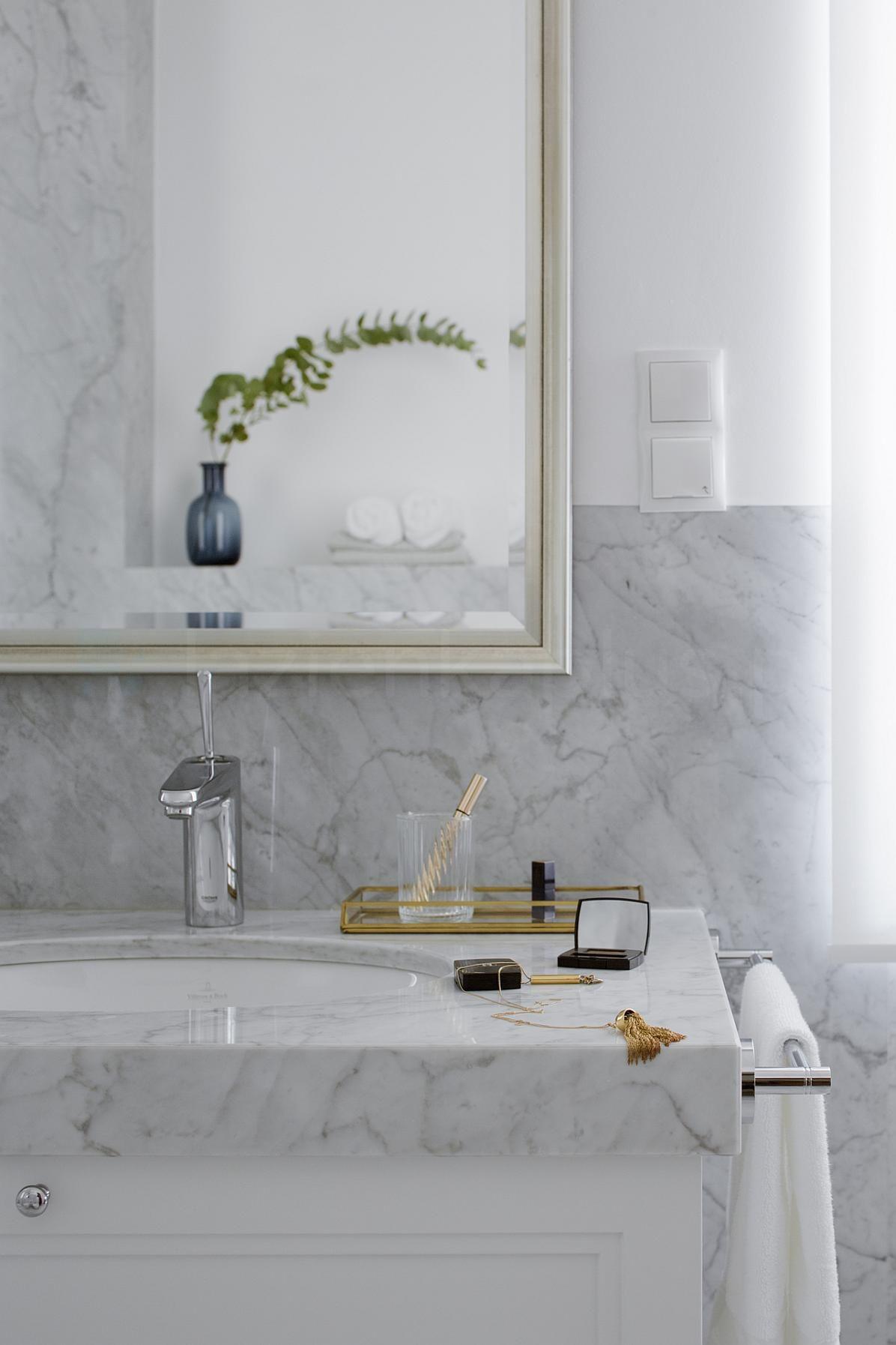 Łazienka z efektowną baterią umywalkową