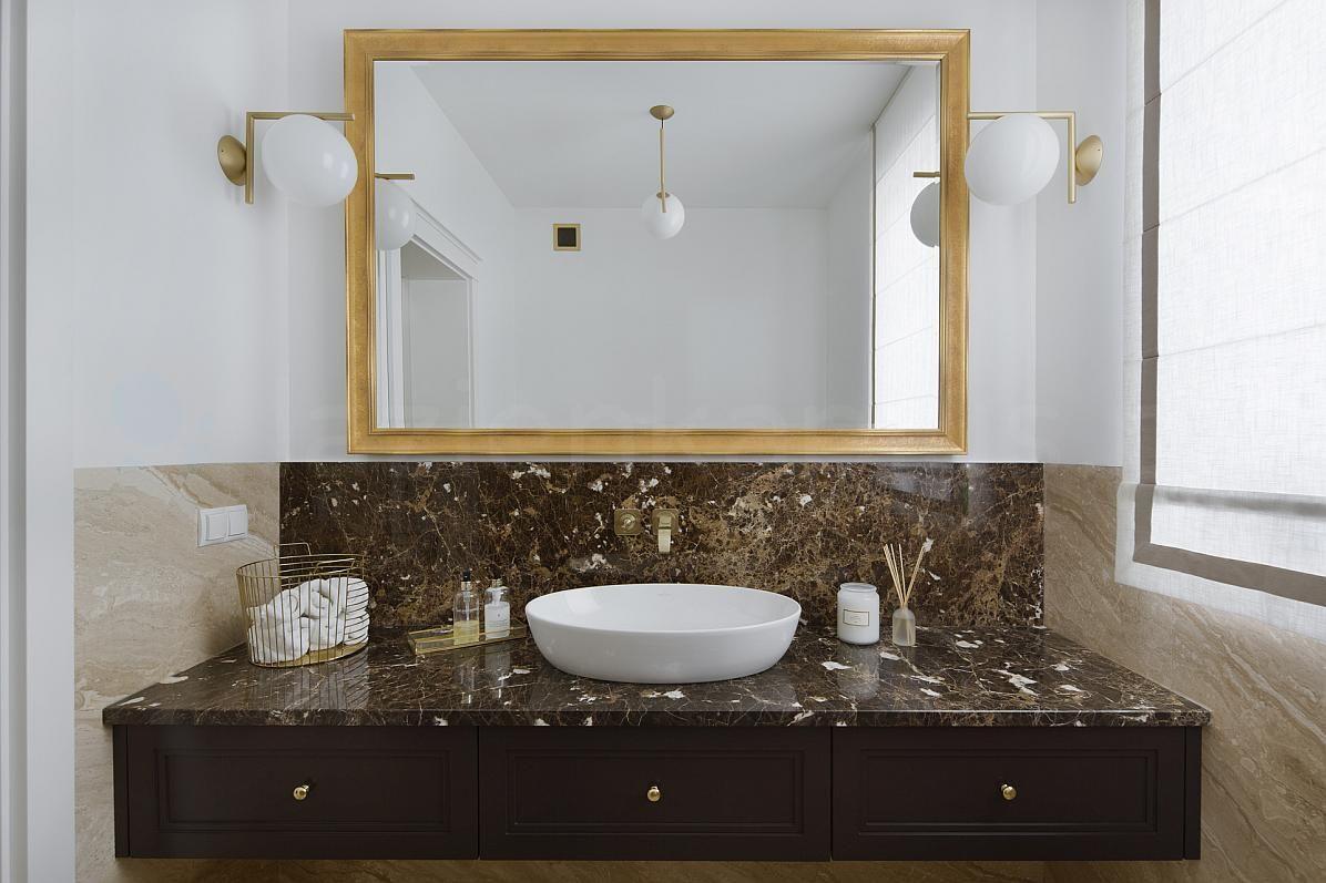 Klasyczna łazienka z marmurowym blatem
